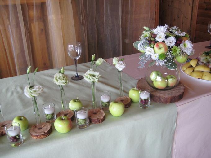 stol-molodozhenov-s-minimalnym-dekorom ТОП-8 идей по оформлению стола жениха и невесты
