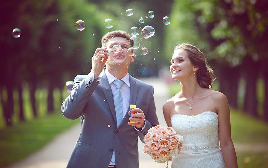 svadebnaya-fotosessiya-mylnye-puzyri-1 Воздушная свадебная фотосессия с мыльными пузырями