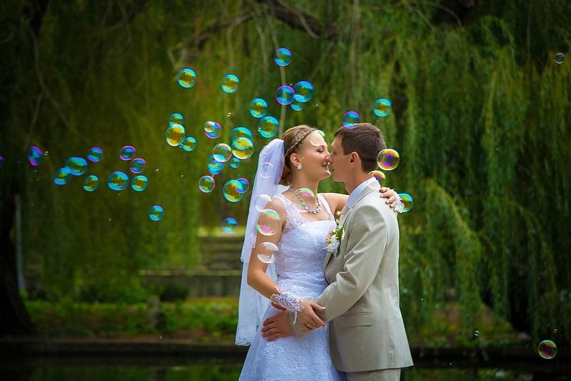 svadebnye-foto-mylnye-puzyri Воздушная свадебная фотосессия с мыльными пузырями