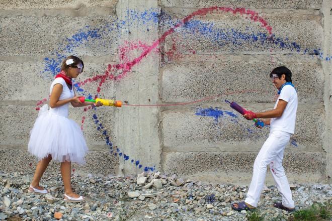 tsvetnaya-svadebnaya-fotosesiya-kraski Идея для свадебной фотосессии с красками