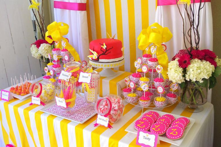 yarkij-desertnyj-stol-na-svadbu ТОП-8 самых удивительных свадебных десертных столов со всего мира