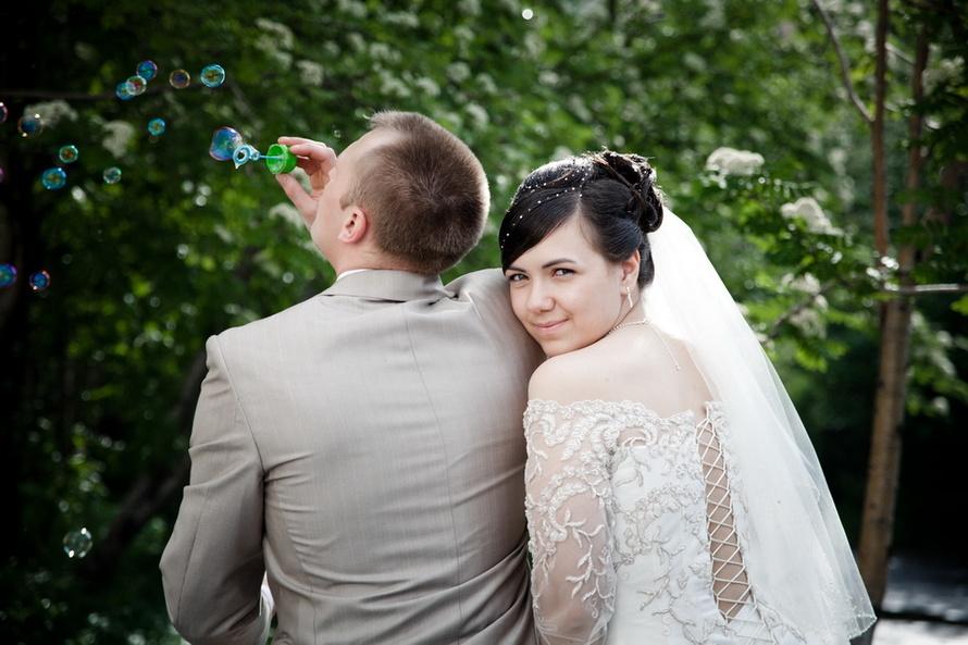 zhenih-nevesta-mylnye-puzyri Воздушная свадебная фотосессия с мыльными пузырями