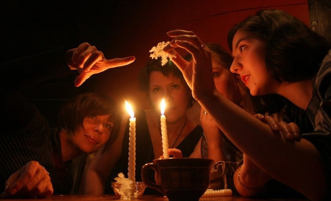 Свадебные гадания для девичника на свечах
