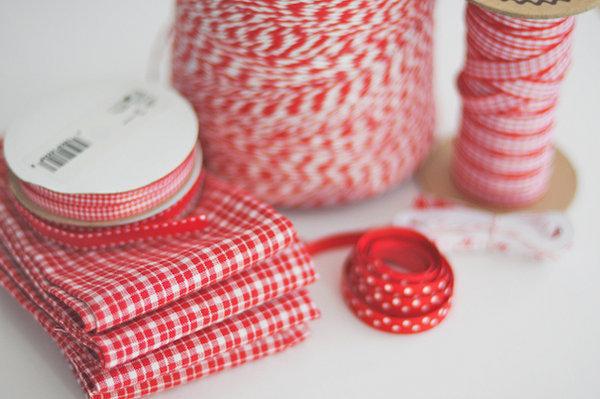 1-servirovka-svadebnogo-stola-v-krasno-belom-stile Сервировка свадебного стола в красно-белом цвете