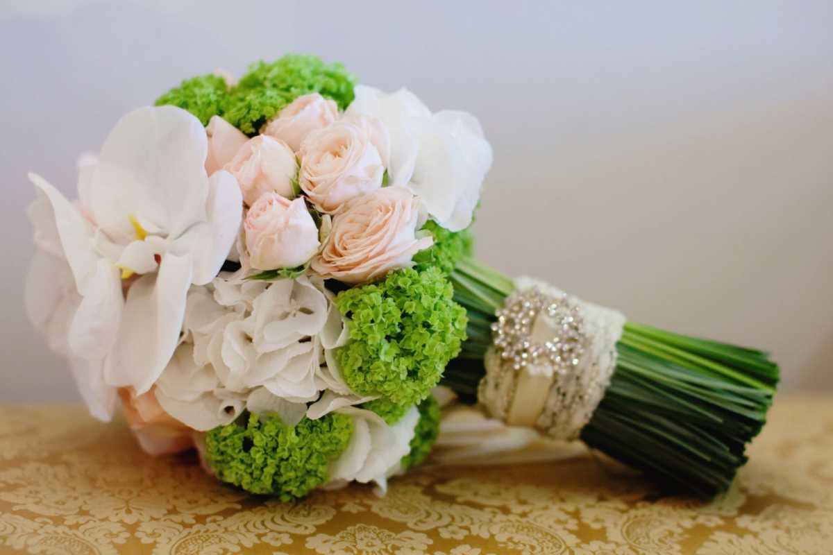 buket-v-podarok-molodozhenam-na-svadbu Выбираем цветы в подарок молодоженам на свадьбу