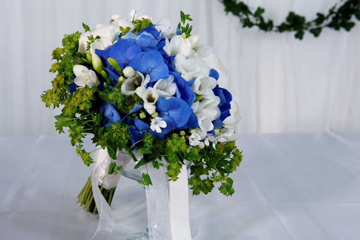 buket-v-podarok-na-svadbu-zhenihu-i-neveste Выбираем цветы в подарок молодоженам на свадьбу