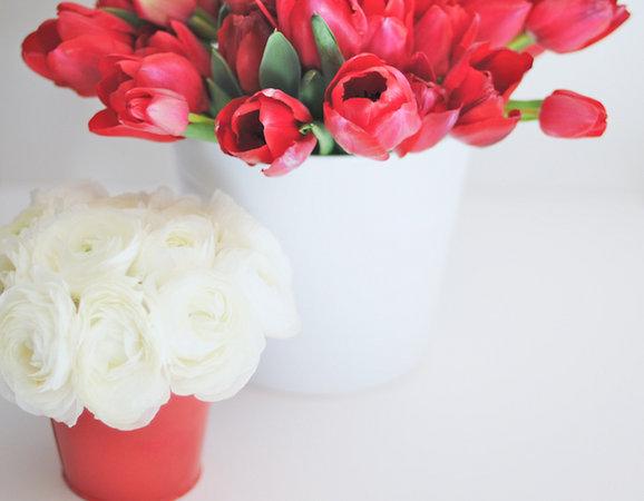 servirovka-svadebnogo-stola-v-krasno-belom-stile-1 Сервировка свадебного стола в красно-белом цвете