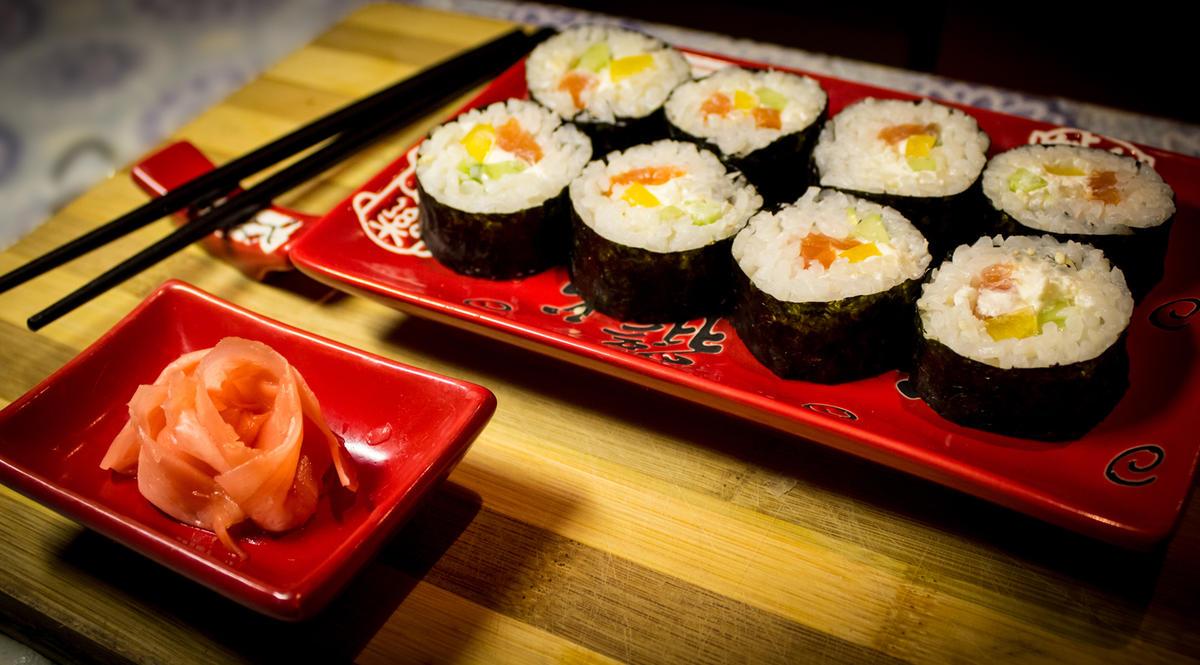sushi-dlya-svadebnogo-banketa Суши на свадебном столе и в меню.