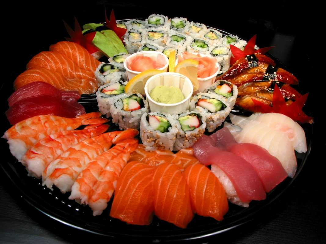 sushi-na-svadbe Суши на свадебном столе и в меню.