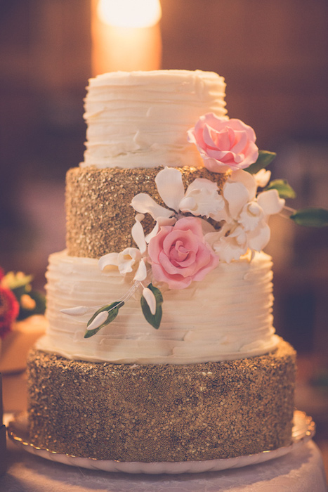 svadebnyj-tort-blestki ТОП-7 модных фактурных свадебных тортов