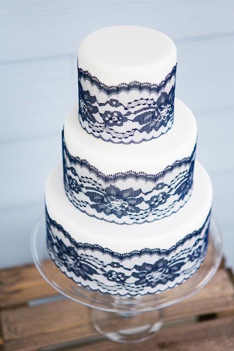 svadebnyj-tort-sinee-kruzhevo ТОП-7 модных фактурных свадебных тортов