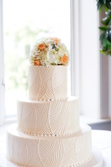 svadebnyj-tort-volny ТОП-7 модных фактурных свадебных тортов