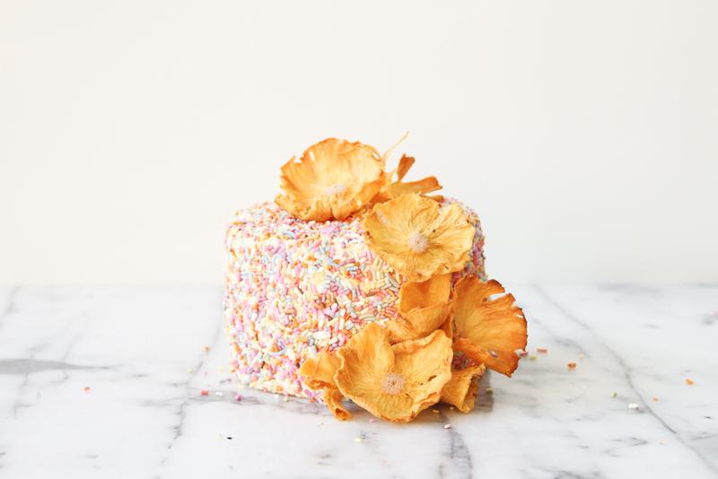 1-Ananasovye-tsvety-dlya-dekora-svadebnogo-torta Ананасовые цветы для декора свадебного торта