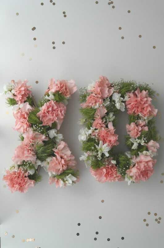 Свадебные монограммы из живых цветов
