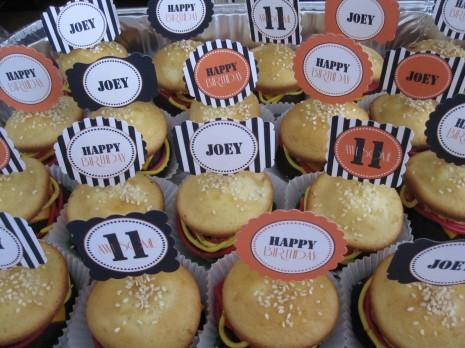 1-kapkejki-v-vide-gamburgera-na-svadbu Капкейки в виде гамбургера на свадьбу или день рождение - оригинальный вариант сладкого угощения