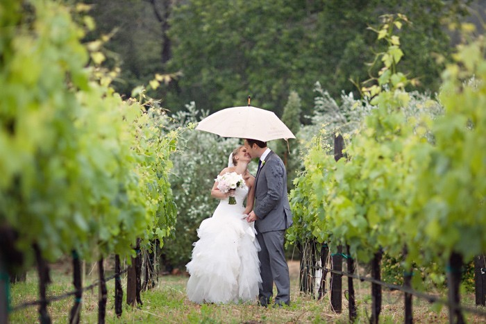 143412083214709.700x467.1412147977 Свадебный зонт– выбираем зонтик, стильный аксессуар невесты