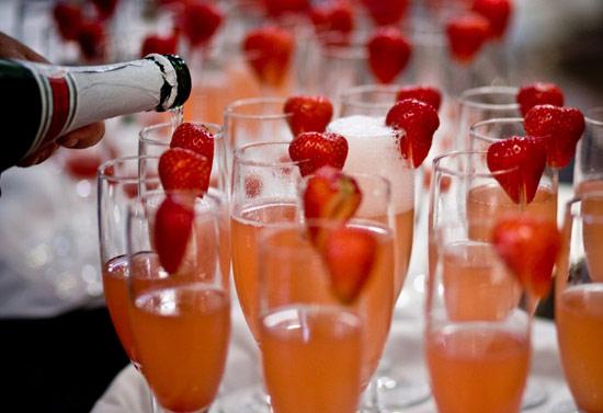 Klubnichnoe-shampanskoe-na-svadbu-7 Шампанское с клубникой на свадьбу