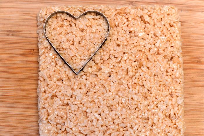 Sladkie-serdtsa-iz-vozdushnogo-risa-dlya-svadebnogo-Kendi-bara-8 Угощения для свадебного Кэнди бара: сладкие сердечки из воздушного риса