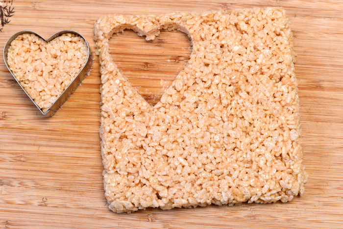 Sladkie-serdtsa-iz-vozdushnogo-risa-dlya-svadebnogo-Kendi-bara-9 Угощения для свадебного Кэнди бара: сладкие сердечки из воздушного риса