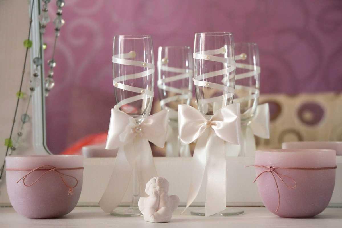 Чем украсить фужеры на свадьбу своими руками