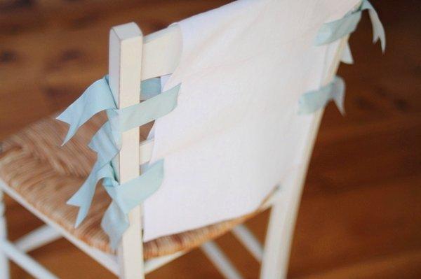 dekor-stulev-chehlom-na-svadbu-2 Три варианта декора стульев на свадьбу