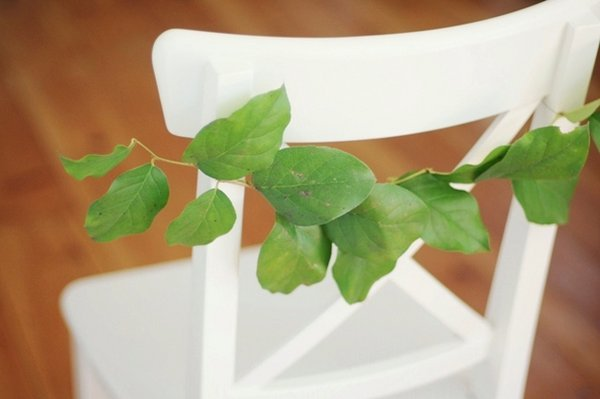 dekor-stulev-zelenyu-na-svadbu-3 Три варианта декора стульев на свадьбу