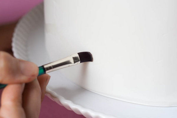 dekor-svadebnogo-torta-martsepanom-svoimi-rukami-13 Мастер класс: Декорируем свадебный торт марципаном своими руками.