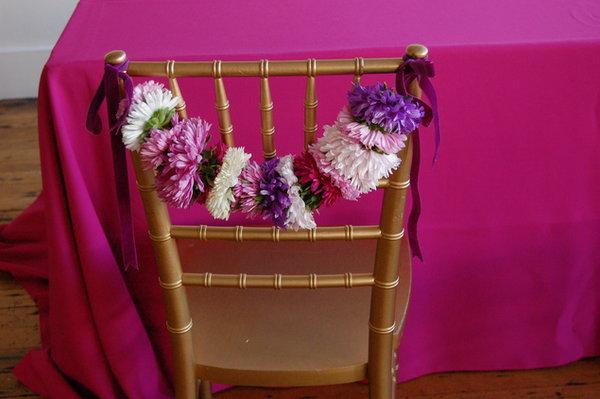 dekor-svadebnyh-stulev-astrami-5 Декор стульев на свадьбу при помощи астр
