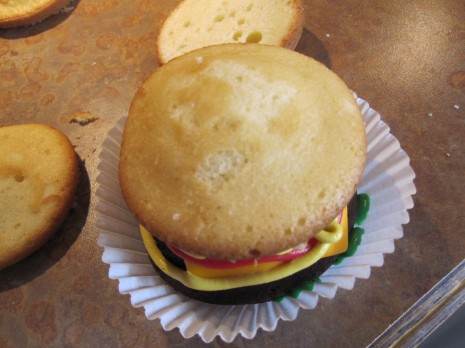 kapkejki-v-vide-gamburgera-na-svadbu-10 Капкейки в виде гамбургера на свадьбу или день рождение - оригинальный вариант сладкого угощения