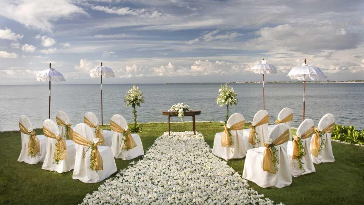 Красивое и праздничное оформление дорожки к алтарю для выездной свадебной церемонии
