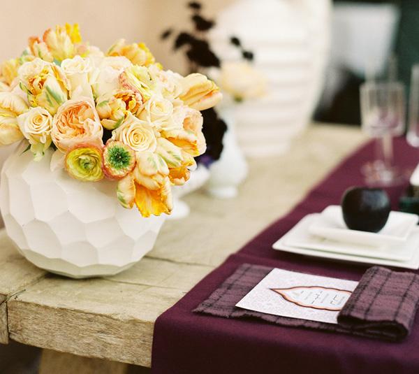 1-servirovka-svadebnogo-stola-georgin Сервировка стола в стиле темно-фиолетового георгина, на что обратить внимание