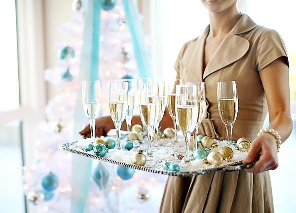 1-servirvoka-stola-dlya-zimnej-svadby Сервировка свадебного стола в холодной голубой палитре для зимнего торжества