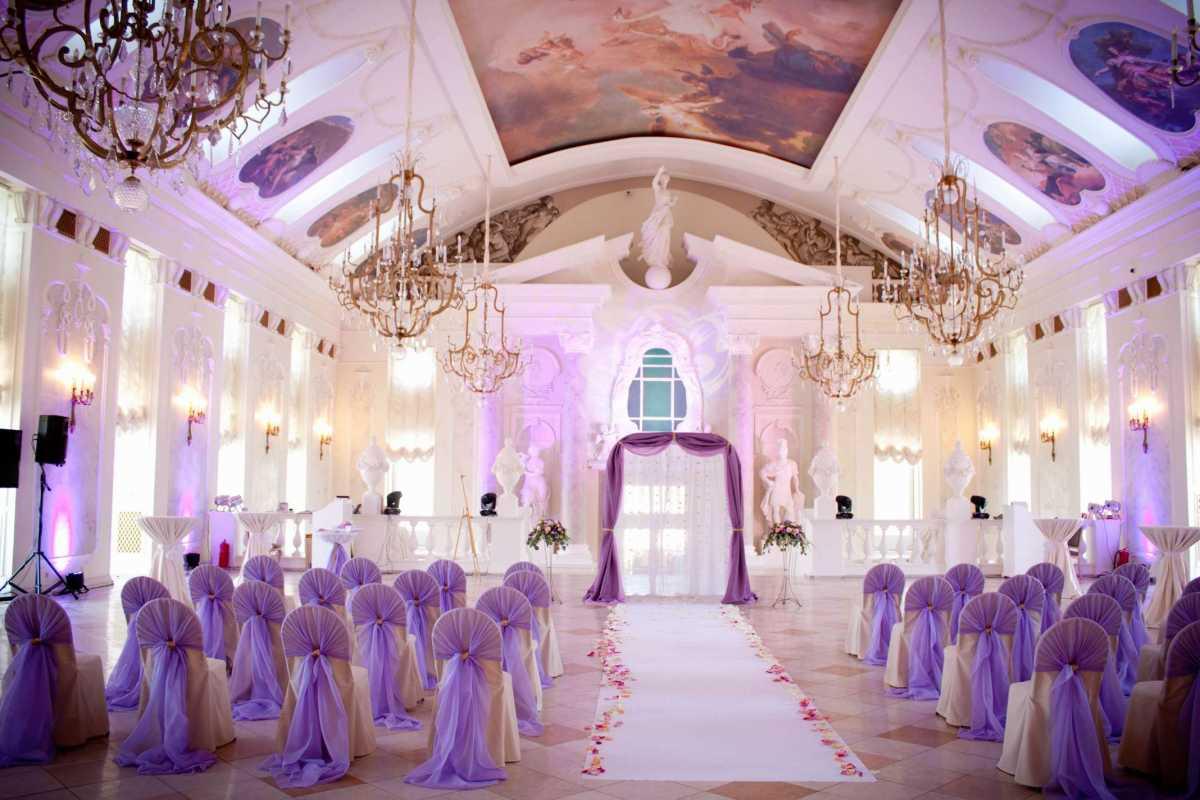 Свадебное оформление в сиреневом цвете в сочетании с белым цветом для летней свадьбы