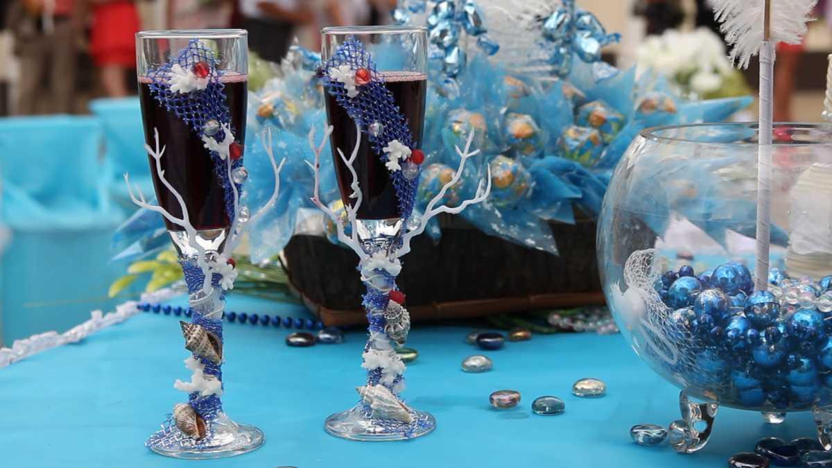 1-svadebnoe-oformlenie-butylok Свадебное оформление в синем цвете бутылок шампанского для стола молодоженов