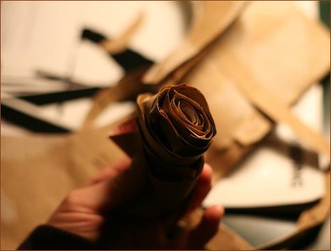 bumazhnye-rozy-dlya-dekora-svadby-10 Делаем своими руками декоративные винтажные розочки из бумажных пакетов
