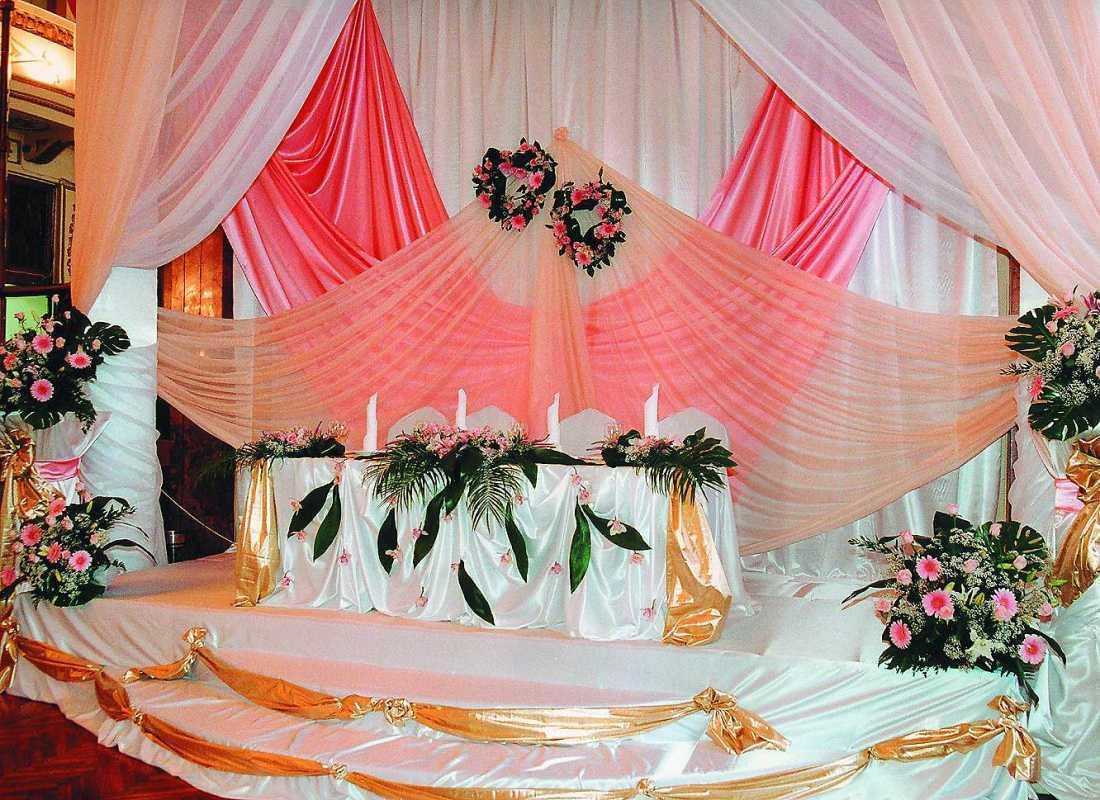 dekor-fona-molodozhenov-10 Свадебный декор: оформление фона за столом молодоженов