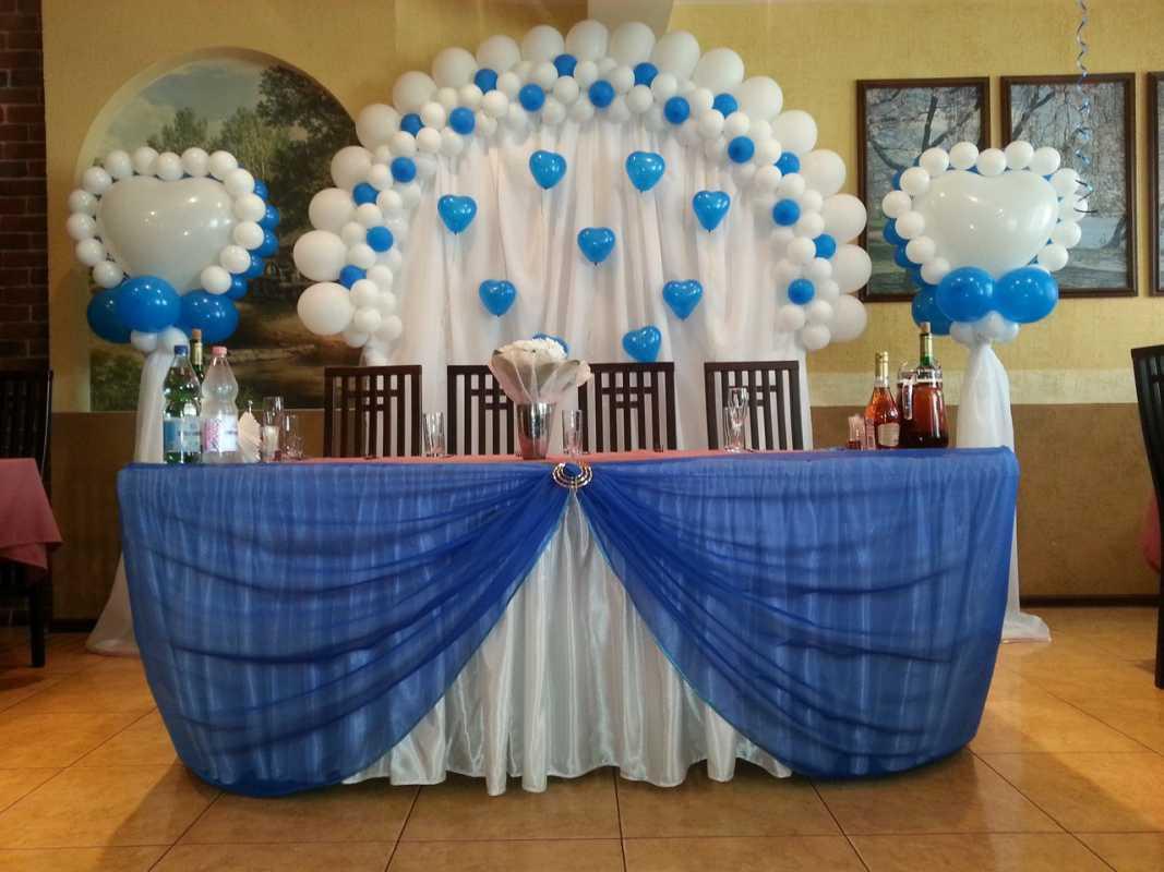 dekor-fona-molodozhenov-8 Свадебный декор: оформление фона за столом молодоженов
