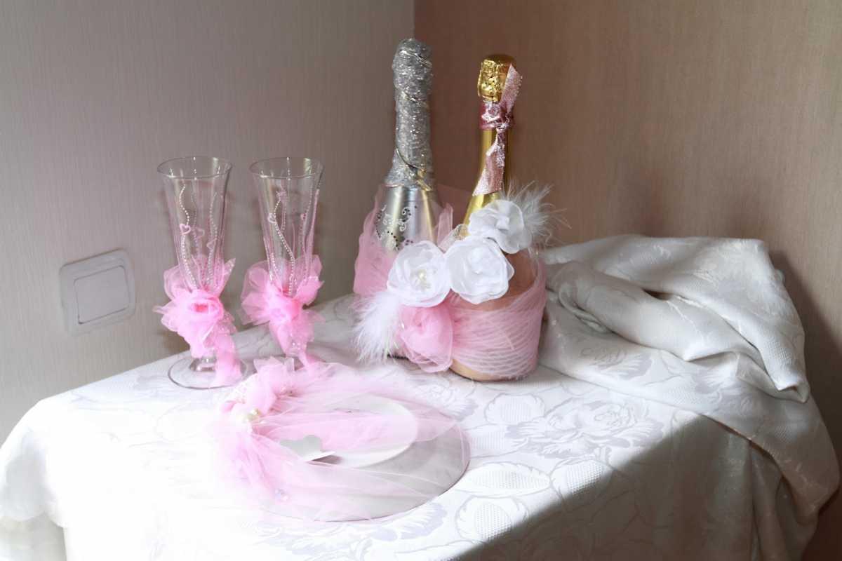 dekor-pokupnyh-svadebnyh-aksessuarov-3 Оформление свадебных аксессуаров, купленных в магазине, придаем им уникальность своими руками
