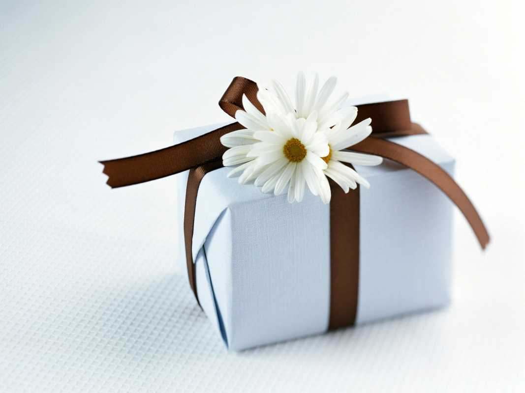 dekor-svadebnyh-podarkov-3 Советы гостям: оформление свадебных подарков, как необычно запаковать обычные вещи