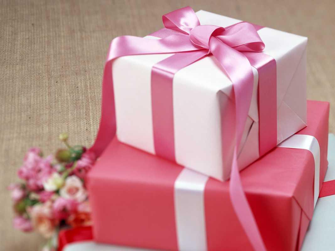 dekor-svadebnyh-podarkov-7 Советы гостям: оформление свадебных подарков, как необычно запаковать обычные вещи