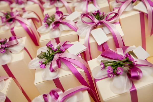 dekor-svadebnyh-podarkov-9 Советы гостям: оформление свадебных подарков, как необычно запаковать обычные вещи