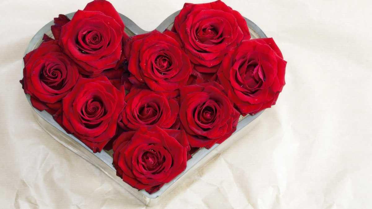 dekorativnoe-tsvetochnoe-serdtse-8 Сердце из цветов на свадьбу, как использовать такой необычный декор на своем торжестве?