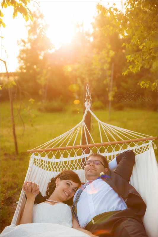gamak-na-svadbe-8 Гамак на летней свадьбе интересный вариант лаунж зоны на торжестве на природе