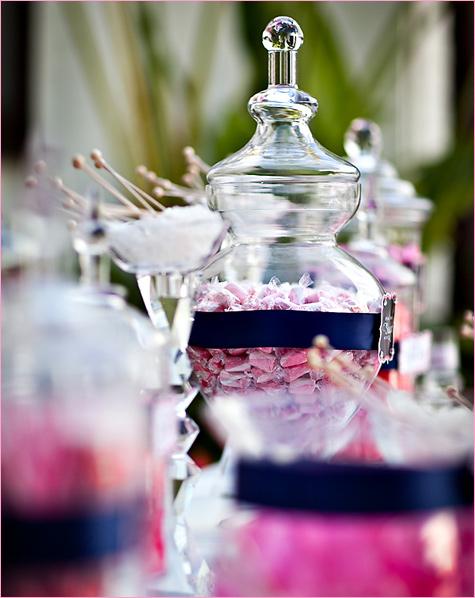 konfetnyj-stol-na-svadbe-3 Кэнди Бар наполненный одними конфетами, стандартный вариант десертного стола