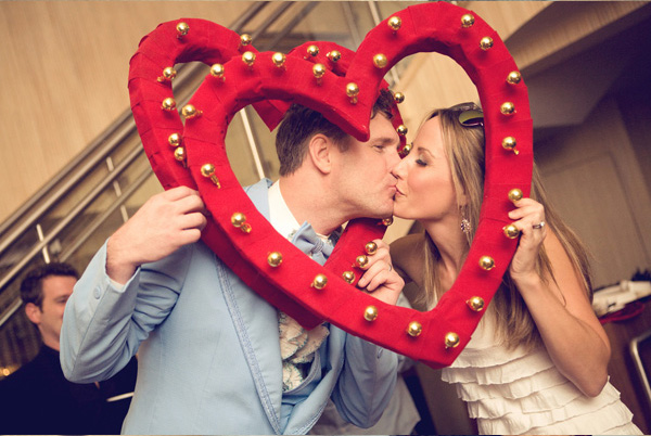 obemnoe-serdtse-na-svadbe-8 Объемное сердце с бубенцами для свадебной фотосессии своими руками