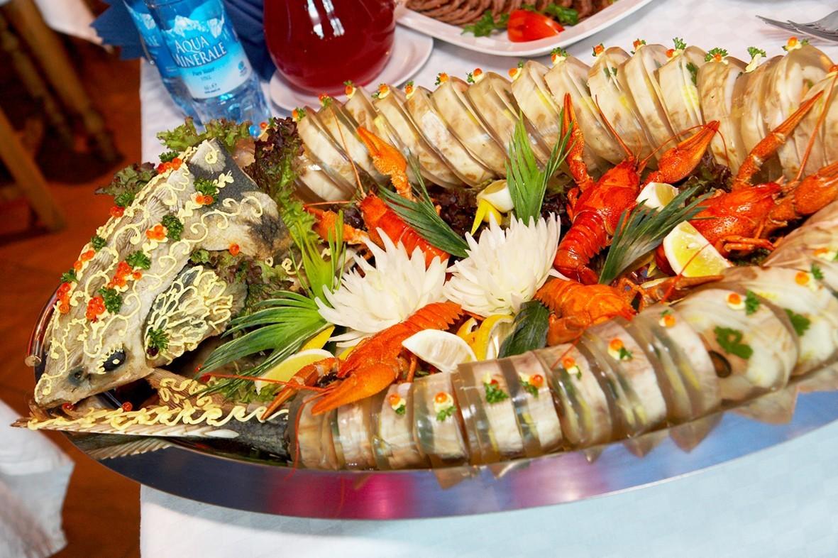 oformlenie-svadebnyh-blyud-3 Оформление свадебных блюд, как удивить гостей оригинальной подачей традиционных угощений