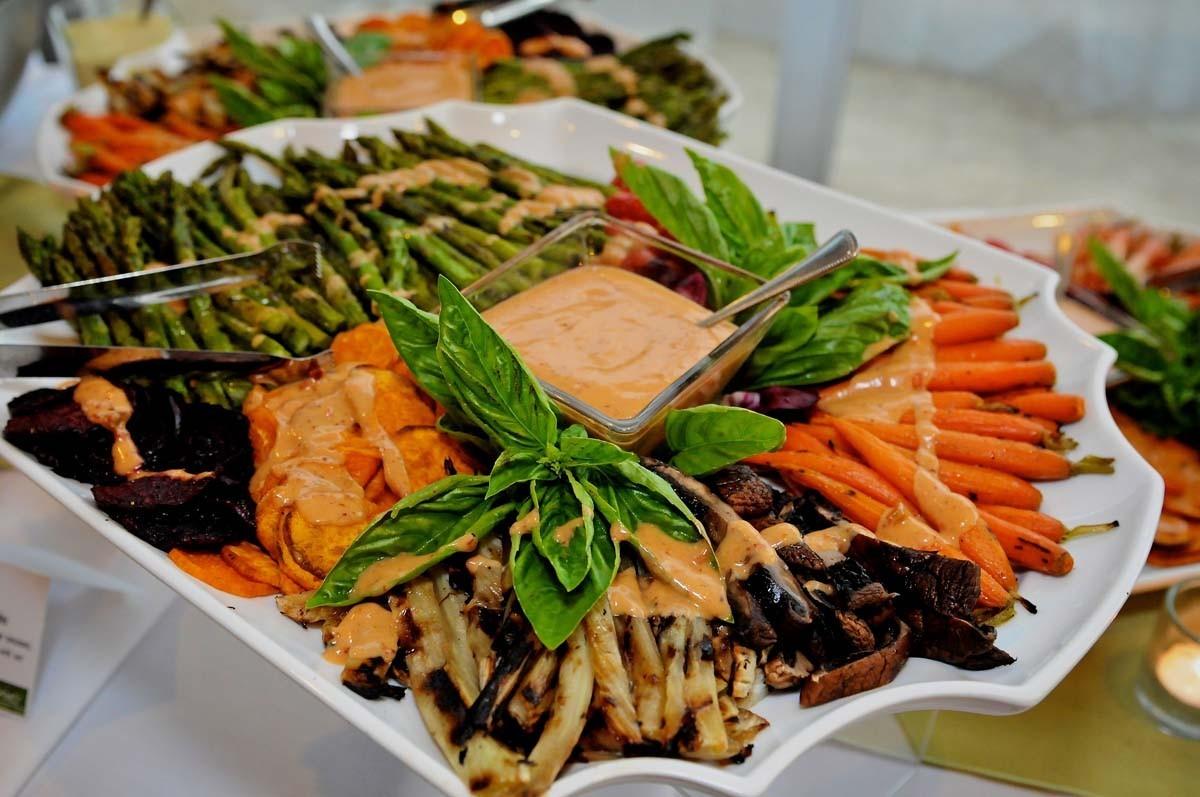 oformlenie-svadebnyh-blyud-6 Оформление свадебных блюд, как удивить гостей оригинальной подачей традиционных угощений