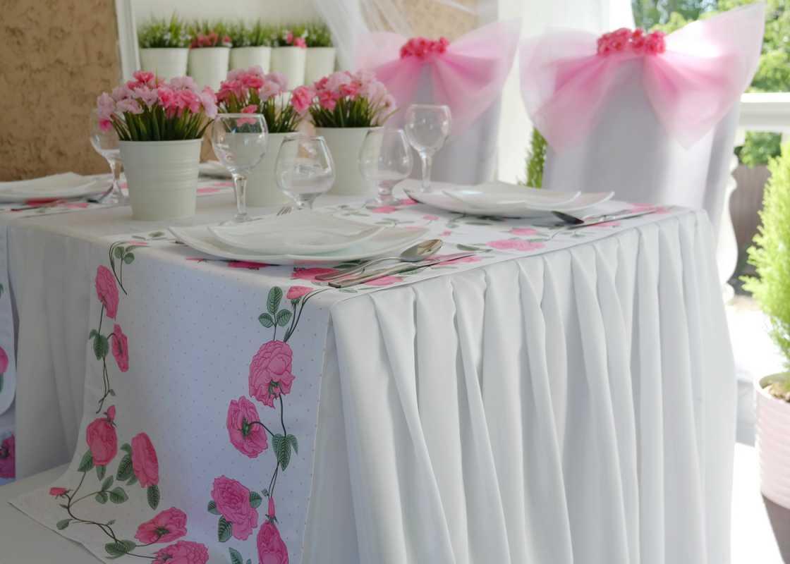 svadebnaya-skatert-4 Украшения стола на свадьбу своими руками, из чего сделать скатерть и чем оригинальным ее можно заменить