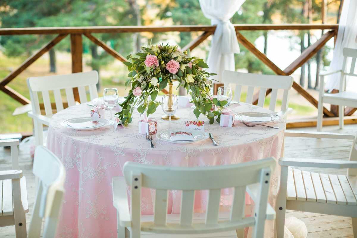 svadebnaya-skatert-5 Украшения стола на свадьбу своими руками, из чего сделать скатерть и чем оригинальным ее можно заменить
