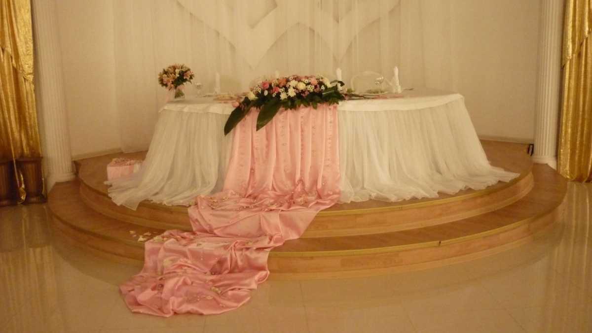 svadebnaya-skatert-6 Украшения стола на свадьбу своими руками, из чего сделать скатерть и чем оригинальным ее можно заменить